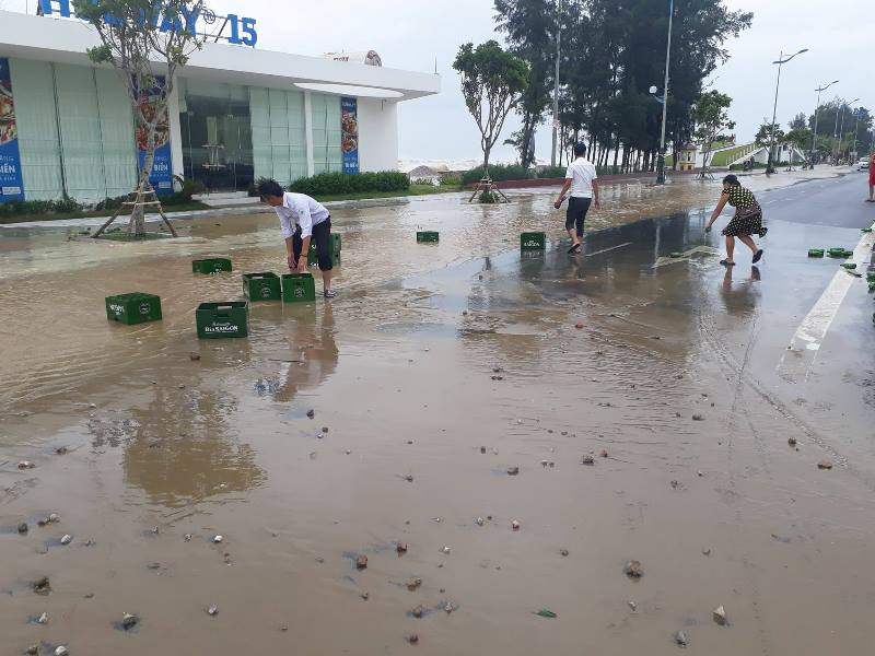 Đồ dùng lăn lóc giữa đường khi gặp mưa, gió mạnh