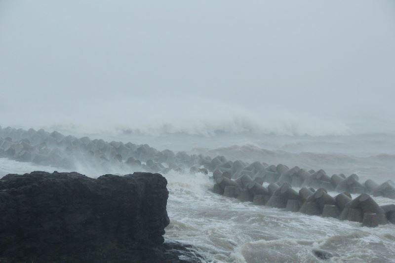 Sóng biển dữ dội tại bờ biển Quảng Trị