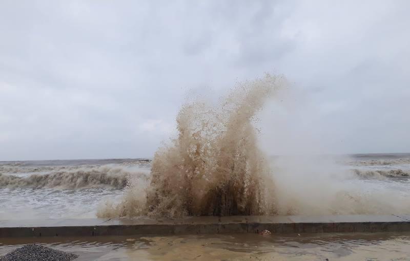 Những cơn sóng mạnh, cao gần 10 m tại bờ biển Thanh Hóa