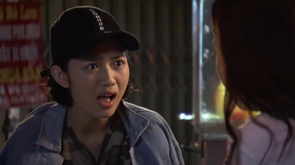 Cô nàng Phương Anh đang ra sức quân sư cho cô bạn của mình. (Nguồn: Cắt từ video)