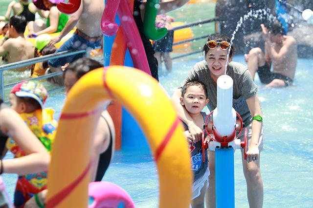 Theo tìm hiểu của chúng tôi, các tụ điểm du lịch tỏ ra khá thờ ơ với dịp lễ này. Đến nay, chỉ mới có Công viên Suối khoáng nóng Núi Thần Tài có chương trình ưu đãi miễn vé cho trẻ em.