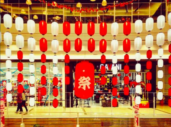 Lồng đèn trung thu được trưng bày rất nhiều trong các khu trung tâm thương mại. (Nguồn: vntrip.vn)