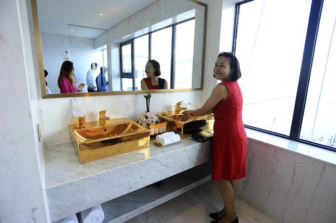 Hai bồn rửa đều được mạ vàng 24K.