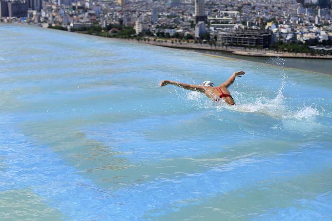 Trên nóc tòa nhà (tầng 29) là bể bơi dài 68 m, nước chảy tràn qua ba cạnh nhìn về hướng biển, sông Hàn và bán đảo Sơn Trà, tạo cảm giác vô cực. Bể bơi này vừa được Tổ chức Kỷ lục Việt Nam (VietKings) xác lập kỷ lục bể bơi vô cực dát vàng 24K cao và lớn nhất Việt Nam.