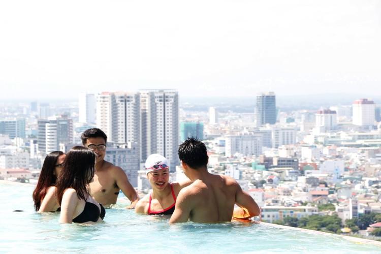 Dát vàng, view... của bể bơi là điều hấp dẫn du khách