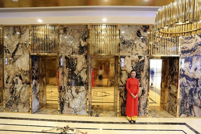 Khách sạn được dát vàng ở nhiều khu vực, từ cửa thang máy, đèn trang trí...