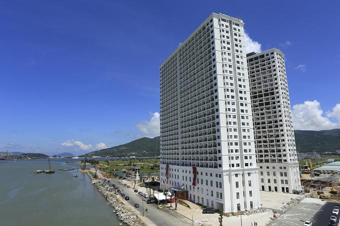 Một tổ hợp khách sạn ở quận Sơn Trà, Đà Nẵng vừa được khai trương và đưa vào sử dụng. Tổ hợp gồm hai tòa nhà 29 tầng, công suất 1.600 phòng khách sạn và căn hộ cùng hệ thống tiện ích nghỉ dưỡng, vui chơi giải trí được xây dựng chỉ trong vòng 15 tháng.