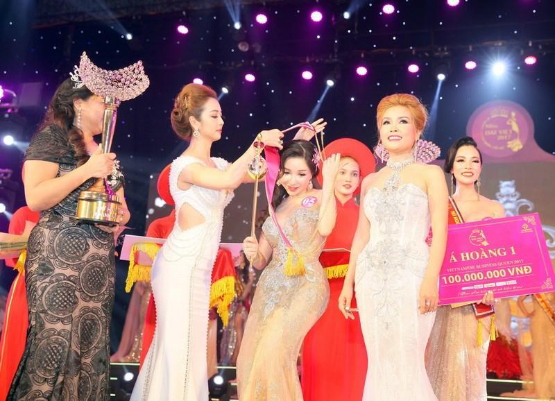 Hoa hậu Jenifer Phạm đang trao danh hiệu cho thí sinh đăng quang.