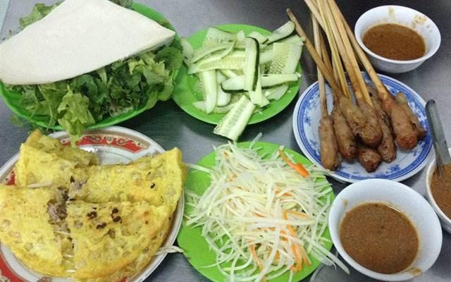 Bánh xèo - Nem lụi: Nếu đã đến Đà Nẵng thì đừng ngần ngại gì thử ngay món bánh xèo - nem lụi đậm chất miền trung này nhé. Bánh xèo ở Đà Nẵng đặc biệt ở phần nước chấm, ăn thơm, béo vị đậu phộng, ăn một lần là nhớ mãi. Ảnh: Foody.