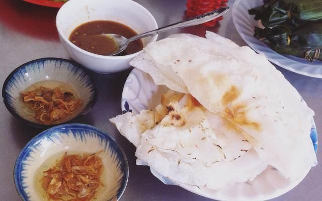 Bánh tráng đập: Bánh đập là món ngon dân dã của người dân các tỉnh miền Trung. Món ăn đơn giản làm từ gạo trắng thơm dẻo, bánh mỏng nướng lên, trải một lớp bánh ướt, phết chút mỡ hành, khi ăn gấp đôi và đập dập, chấm cùng mắm nêm mặn mà hấp dẫn. Ảnh: Foody.