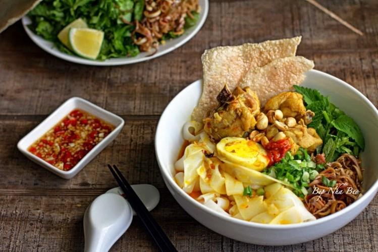 """Mì Quảng: Khỏi phải nói thì ai cũng biết mì Quảng là đặc sản nổi danh của Đà Thành. Những cọng mì dày, cứng và to thô là nét đặc trưng tạo nên linh hồn của tô mì. Mì Quảng không có công thức """"bất di bất dịch"""" mà rất đa dạng: mì Quảng sườn non, mì Quảng cá lóc, mì Quảng lươn, mì Quảng chả cua… nhưng """"truyền thống"""" nhất là mì Quảng tôm, gà, trứng, thịt. Ảnh: Bepnhabeo."""
