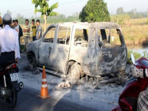 Hiện trường vụ ô tô bị nhóm đối tượng chặn trên quốc lộ để phóng hỏa, làm 1 người chết và 2 người bị thương tích nặng