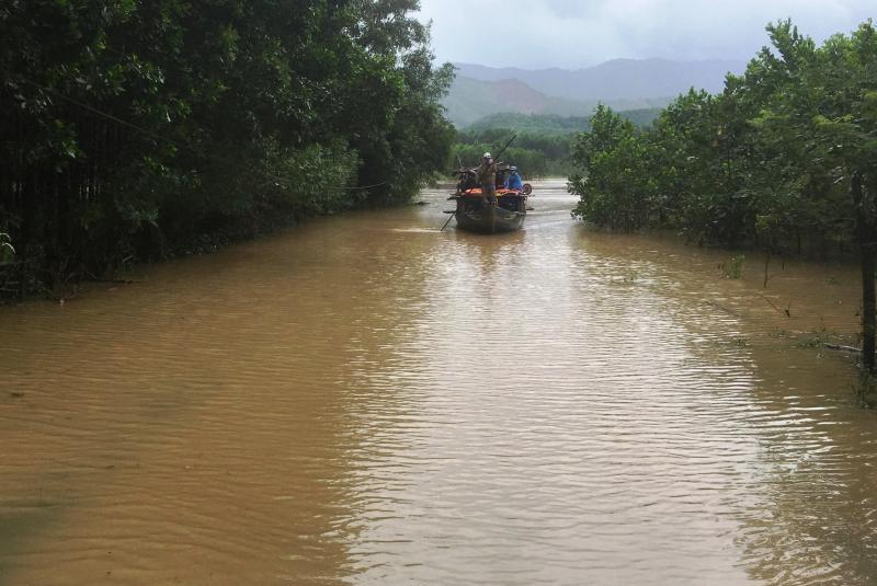 Mưa lớn kéo dài chia cắt nhiều tuyến đường tại Nông Sơn. Ảnh: PHAN VINH