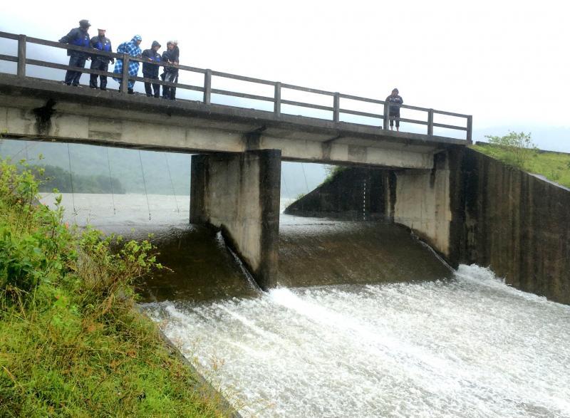 Các hồ nước và hồ chứa thủy điện trên địa bàn đã đạt mức tràn tự do. Ảnh: PHAN VINH