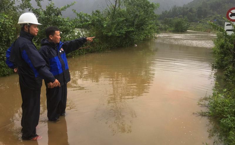 Ghi nhận tại cầu Khe Le, mực nước ngập hơn 2m so với mặt cầu. Ảnh: PHAN VINH