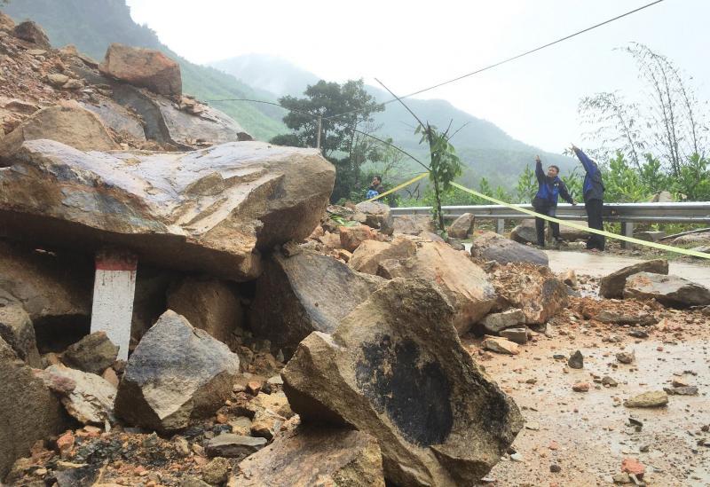 Lãnh đạo huyện Nông Sơn kiểm tra tình hình sạt lở núi trên tuyến ĐT610. Ảnh: PHAN VINH