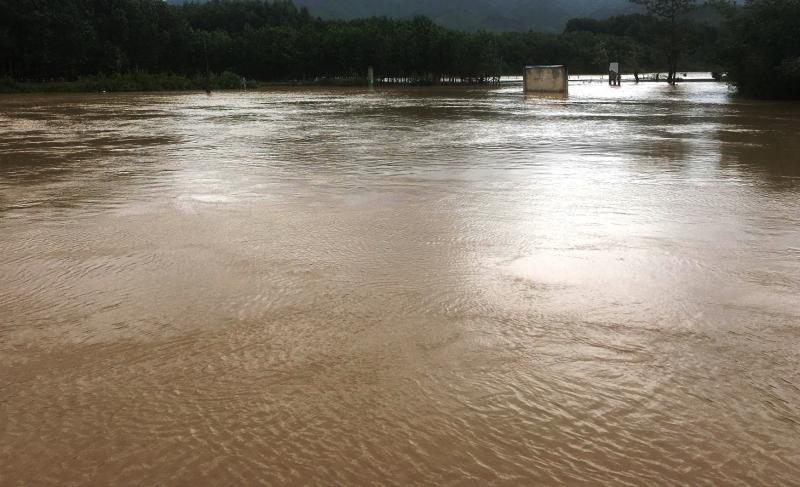 Nước trên các sông ở Nông Sơn đang rút chậm nhưng thời tiết diễn biến phức tạp nên người dân không được chủ quan. Ảnh: PHAN VINH