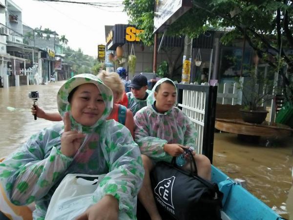 Nước ngập trắng băng khiến cho nhiều người đi thuyền trên đường. - Nguồn: Ngọc Nguyễn