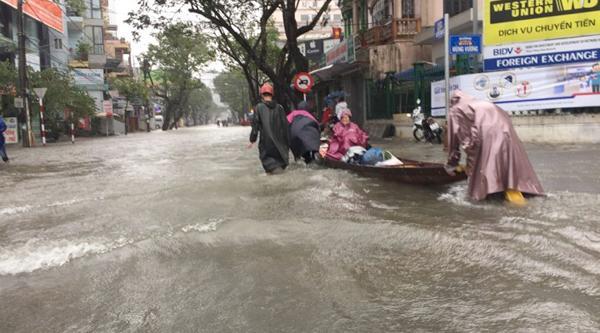 Người dân chèo thuyền trên đường Bến Nghé (Huế). - Nguồn: Đình Thành
