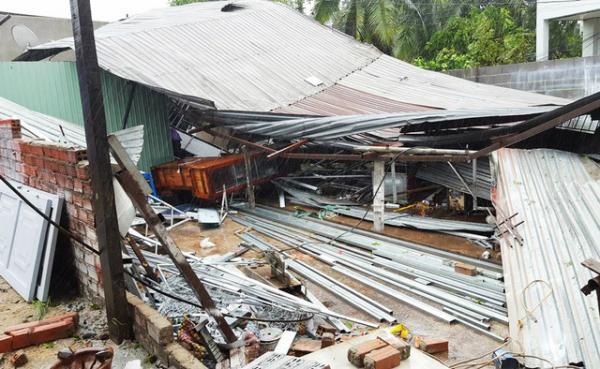 Cơn bão gần như cuốn bay mọi nhà tôn, người dân rơi vào cảnh màn trời chiếu đất - Nguồn: dantri.com.vn