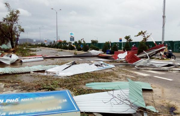 Nhiều nơi ở TP Nha Trang gần như tan tành, mái tôn vương vãi khắp nơi trên đường. - Nguồn: dantri.com.vn