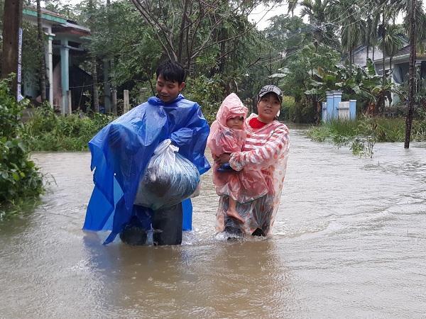 Người dân Quảng Nam thu dọn chạy lũ. - Nguồn: vietnamnet.vn