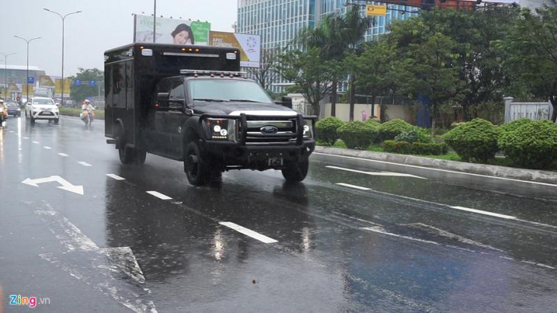 Đây là chiếc xe đặc chủng với thùng vuông phía sau và bốn bề sơn đen, chở theo các cảm biến cực kỳ tinh vi để phát hiện những mối nguy hiểm như chất độc hóa học, sinh học hay phóng xạ và một số tính năng khác để đảm bảo an toàn cho xe Tổng thống .