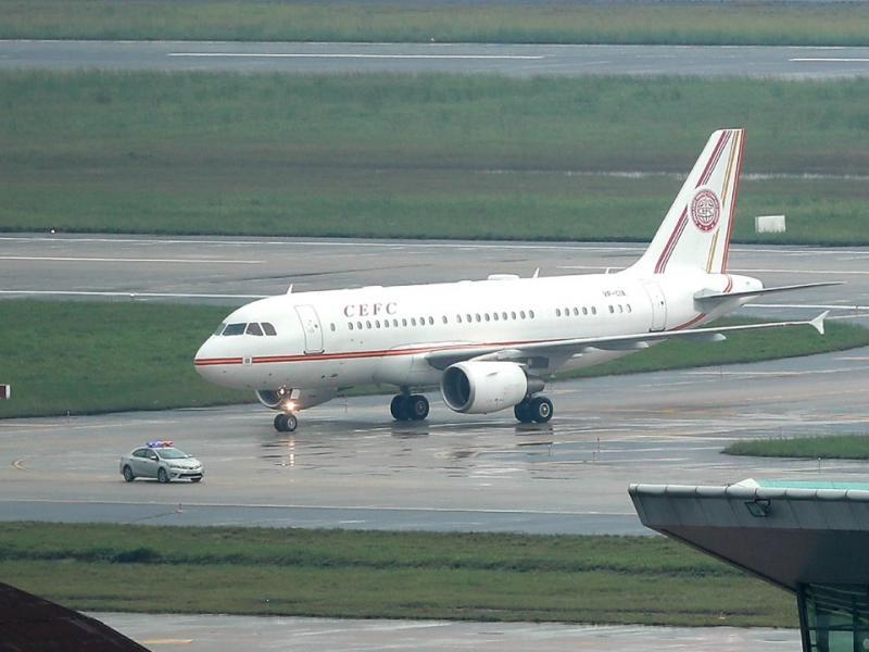 Lúc 13h, máy bay Airbus A319 số hiệu VP -CIA thuộc sở hữu Tập đoàn năng lượng Trung Quốc CEFC hạ cánh. Máy bay này khởi hành từ Thượng Hải lúc 10h35 sáng 8/11.