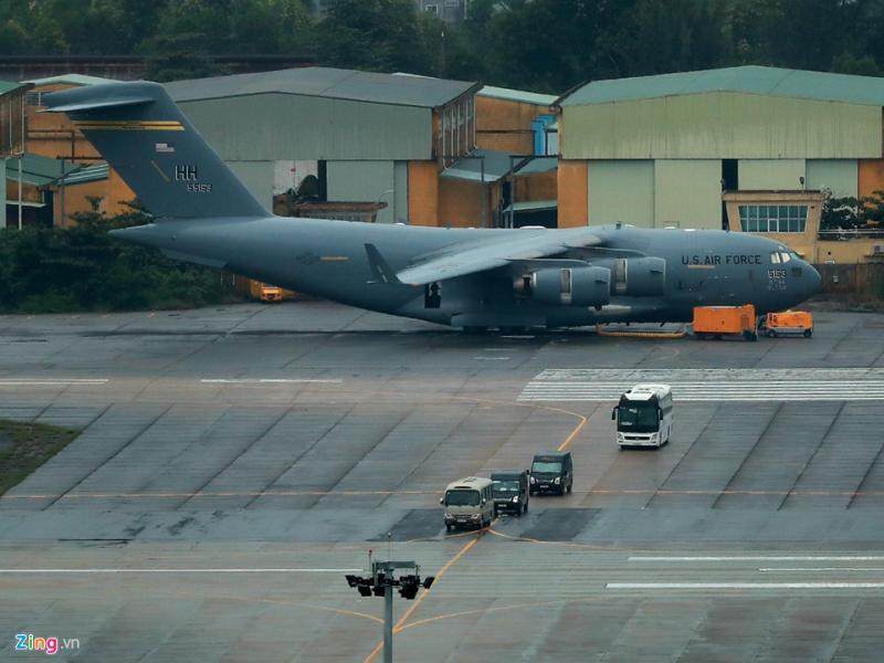 Trong sân bay Đà Nẵng, một chiếc C-17 khác đáp vào chiều tối qua vẫn đang đậu tại đây. Tất cả có 4 chiếc đang đậu ở sân bay Đà Nẵng. Ảnh: Hải An.