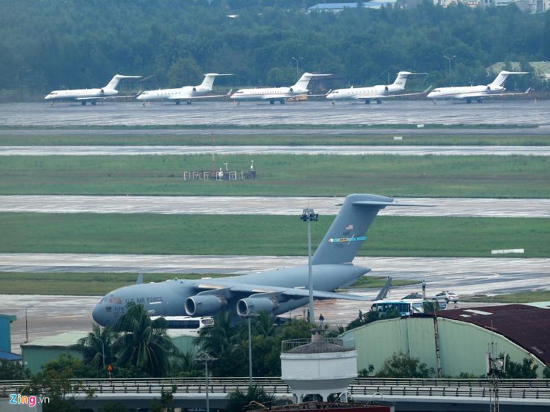 C-17 chở đoàn xe Tổng thống Trump và dàn máy bay cá nhân đang đậu trong sân bay Đà Nẵng.