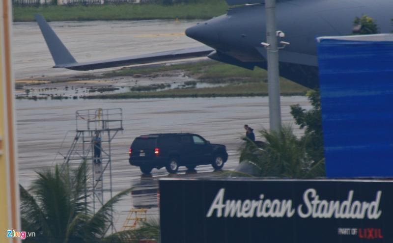 Các xe bảo vệ của Tổng thống Trump được đưa ra khỏi máy bay C17.