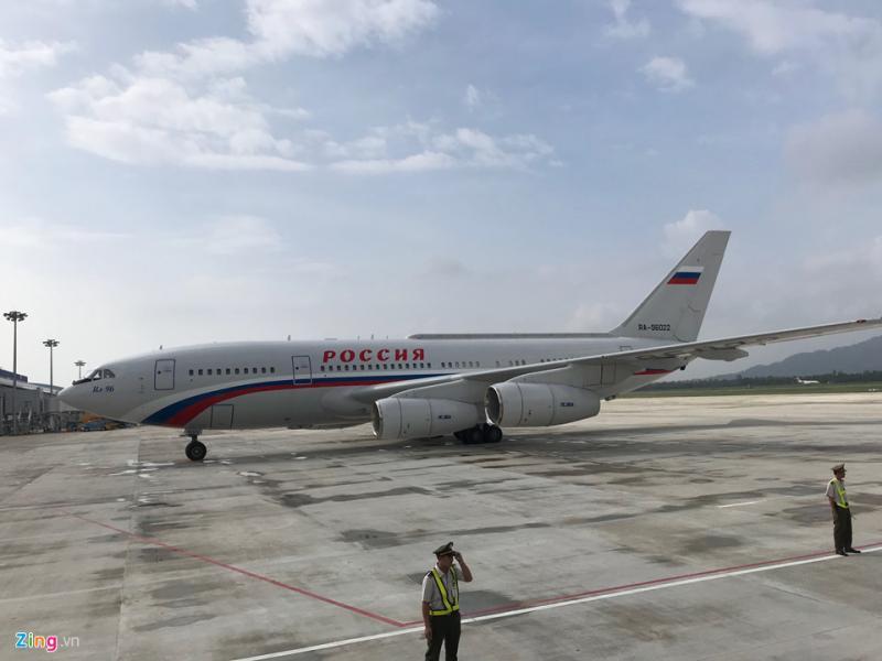 Tổng thống Putin tới Đà Nẵng bằng máy bay Ilyushin Il-96-300PU. Đây là chuyên cơ của tổng thống Nga, được chuyển đổi từ dòng phi cơ thương mại Il-96.