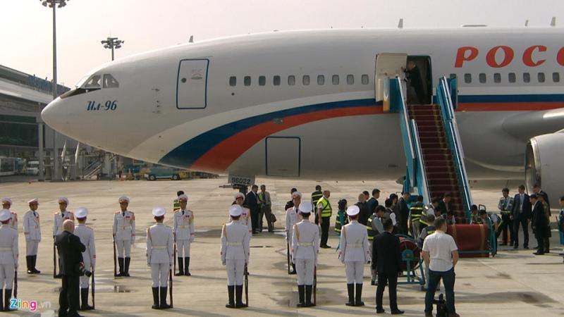 Ra đón Tổng thống Putin có Bí thư Thành ủy Đà Nẵng Trương Quang Nghĩa và Bộ trưởng Giáo dục & Đào Tạo Phùng Xuân Nhạ.