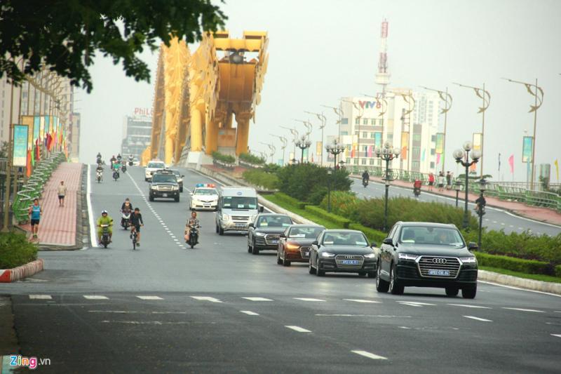 Một đoàn xe VIP đi qua cầu Rồng sáng 10/11.