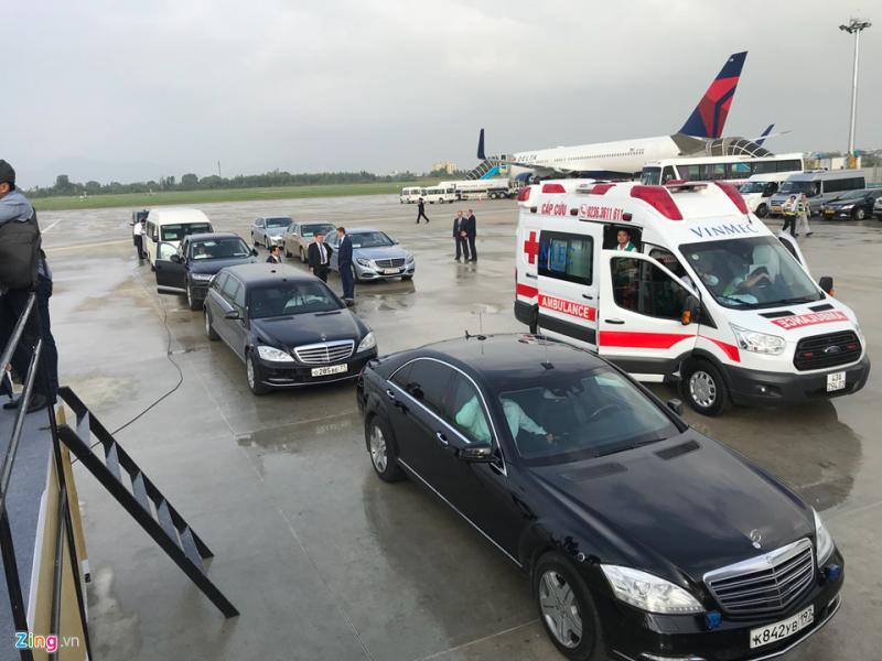 Đoàn xe hộ tống ông Putin với xe Limousine chở từ Nga sang đã có mặt ở sân bay từ 6h30 sáng 10/11.