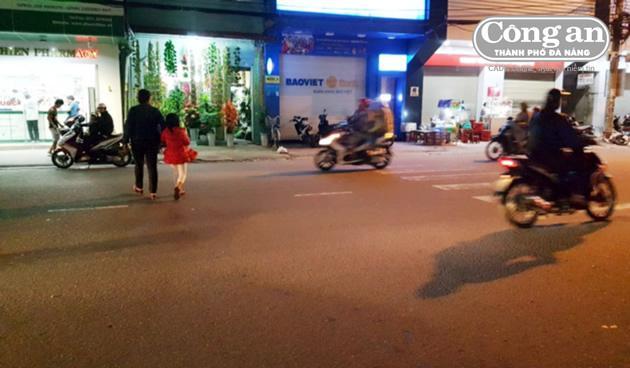 Tình trạng người đi bộ sang đường không đúng nơi quy định rất phổ biến.