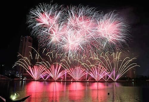 2017 là năm đầu tiên Cuộc thi pháo hoa quốc tế Đà Nẵng được xã hội hóa và tổ chức thành lễ hội kéo dài trong 2 tháng góp phần tăng trưởng lượng khách du lịch đến thành phố.