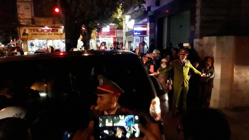Lực lượng chức năng đưa ô tô công vụ vào hiện trường khám xét nhà ông Vũ nhôm