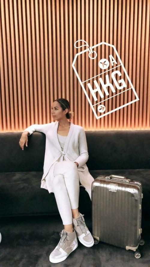 Trước đó, Leona Lewis mặc bộ trang phục giống hệt tại sân bay Hong Kong.