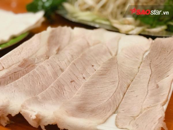 Những lát thịt xắt đều tay, luộc hoặc hấp vừa chín tới được bày gọn ghẽ trên đĩa khiến ai cũng thòm thèm.
