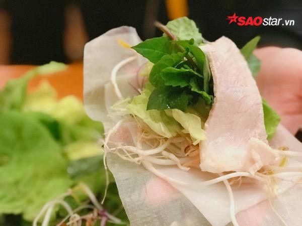 Tiếp đến một phần không thể thiếu trong một cuốn bánh tráng chính là rau sống. Cái hấp dẫn chính là khay rau bày ra đa dạng, tươi ngon và bắt vị. Chỉ với một gam màu xanh lá nhưng lại trải dài trong nhiều màu sắc khác nhau, từ nhạt đến đậm như màu xanh ngọc của dưa leo, màu xanh tím của lá tía tô, màu xanh nõn của xà lách, màu xanh lục của nhiều loại rau thơm khác và điểm xuyết vào đó là những lát chuối chát trắng ngà. Bắp cải trắng, bắp chuối, giá đỗ tiếp thêm cái giòn tươi cho khuôn miệng.