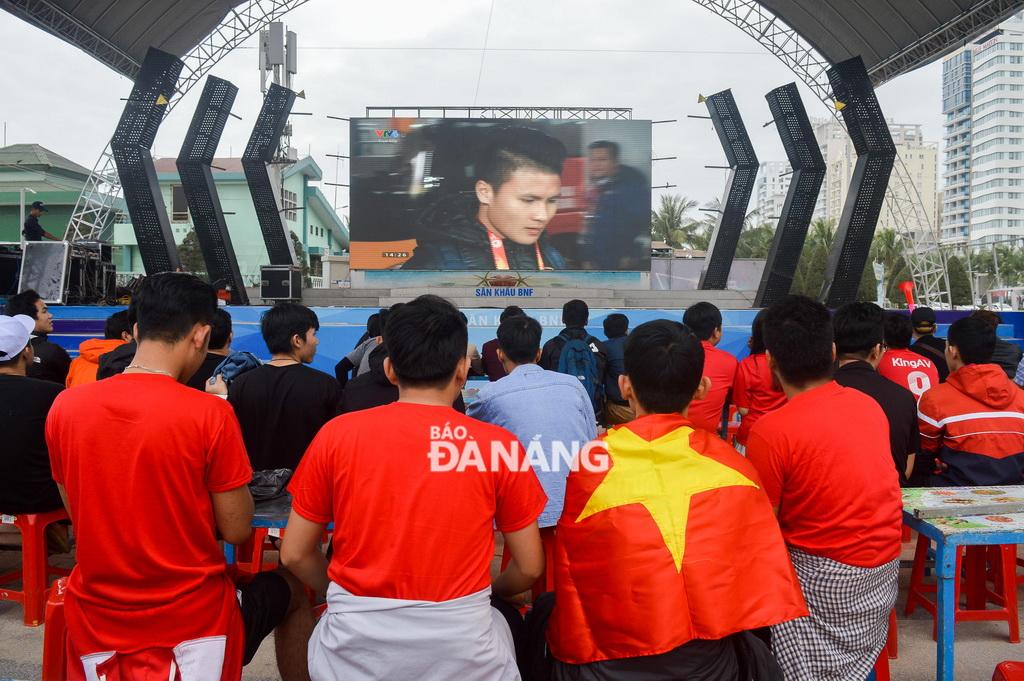 Một màn hình lớn đã được dựng lên ngay tại công viên  biển Đông để phục vụ người hâm mộ.