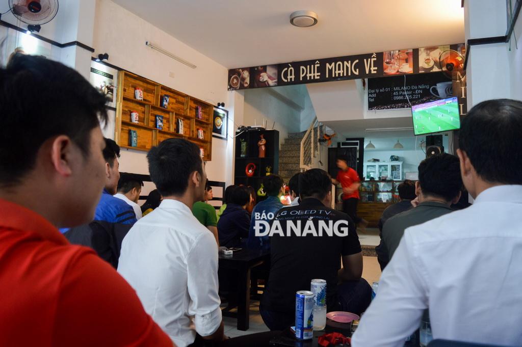 Người hâm mộ tập trung cổ vũ tại một quán cà phê trên đường Pasteur.
