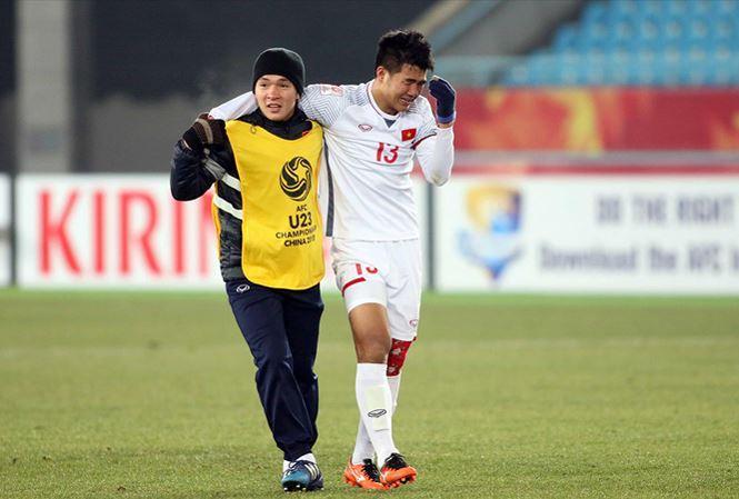 Đức Chinh bật khóc vì sung sướng sau khi cùng U23 Việt Nam giành quyền vào chơi trận chung kết U23 châu Á. Ảnh: Hữu Phạm.