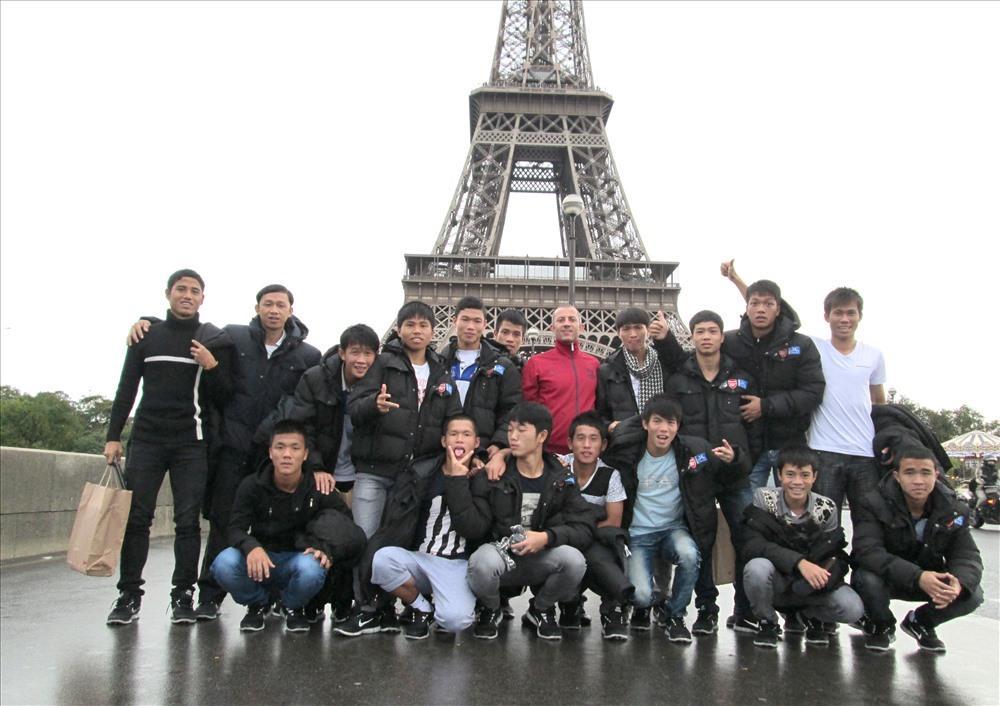 Các cầu thủ Học viện HAGL tại Paris.