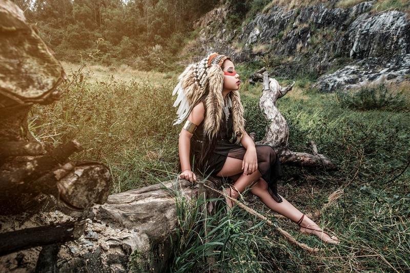 Nhìn cô bé như một thổ dân thực thụ giữa rừng núi trùng điệp