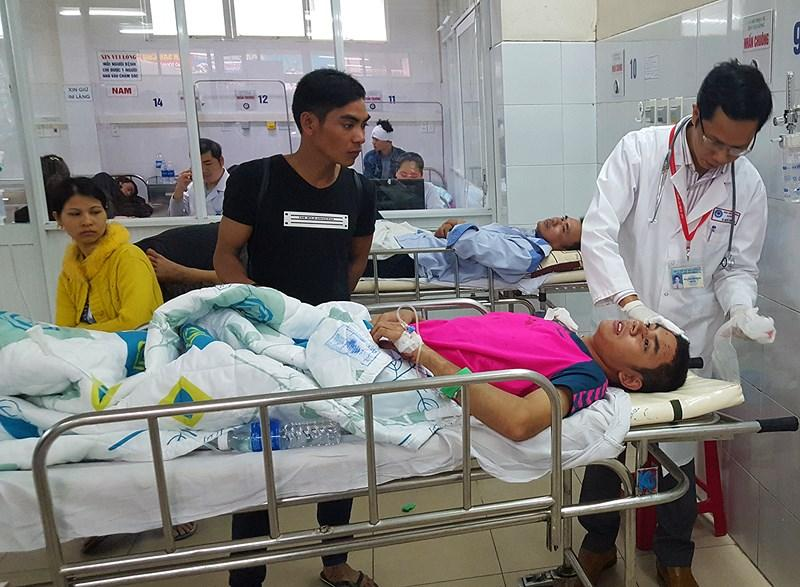 Các nạn nhân đang được bác sĩ BV Đà Nẵng tích cực chăm sóc. Ảnh: NGUYỄN TRI.