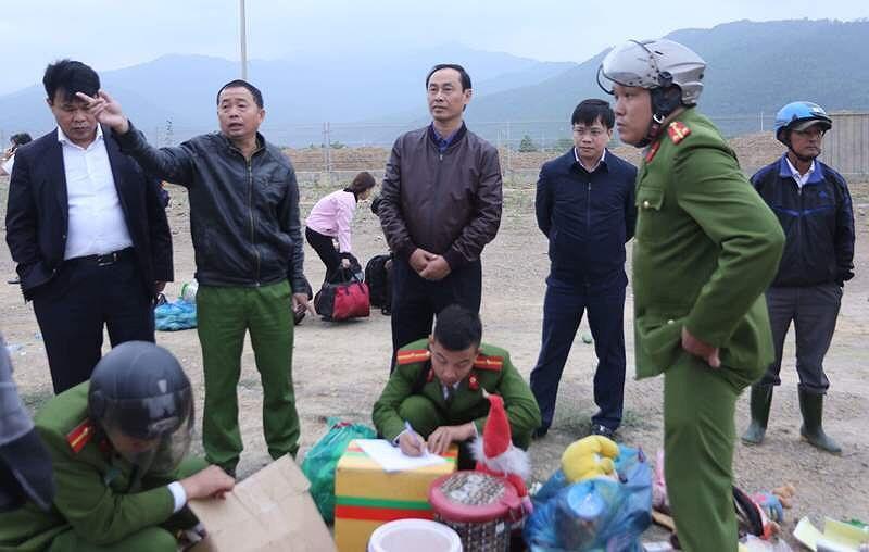 Thứ trưởng Bộ GTVT Lê Đình Thọ đến hiện trường vụ tai nạn. Ảnh: K.H