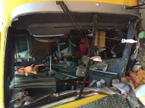 Vào thời điểm trên, ô tô khách 30 chỗ, BKS 51B- 737.06 từ TP HCM chở khách ra phía Bắc đã bị lật ngang khi qua đoạn đường này. Vụ tai nạn khiến 2 người tử vong và hàng chục người khác bị thương, trong đó có một số trường hợp bị thương nặng. Ảnh: Vietnamnet