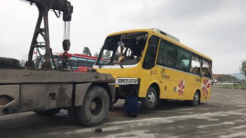 Xe cứu hộ đưa xe khách rời hiện trường. Ảnh: Thanh Niên